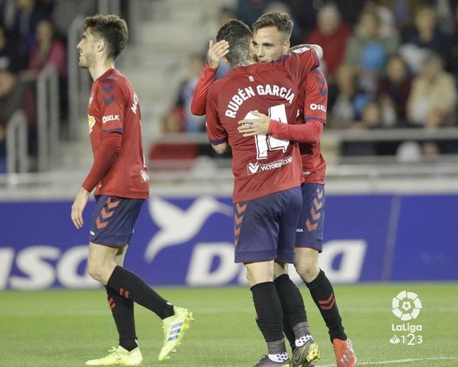 Rubén García felicita a Rober Ibáñez por su gol