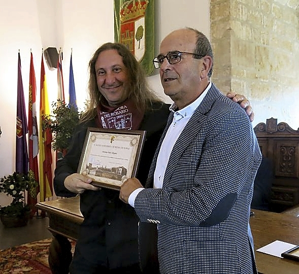 El director de la Escuela Municipal de Música, Mariano Pilar Sobejano (izda.), junto al edil Juan Carlos López.