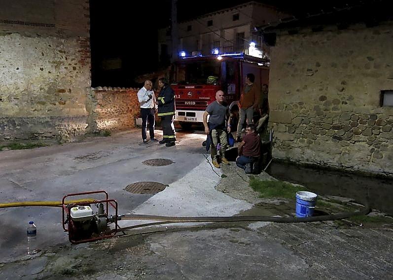 Un arroyo que pasa por el barrio sirvió para coger agua a los bomberos.