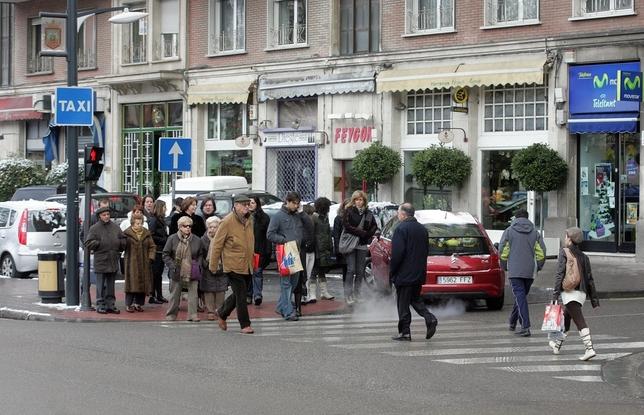 Peatones en el cruce de la avenida del Cid hacia plaza de España, hace 10 años. Ángel Ayala