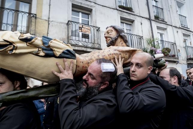 Uno de los cofrades resultó herido en la cabeza.  Patricia