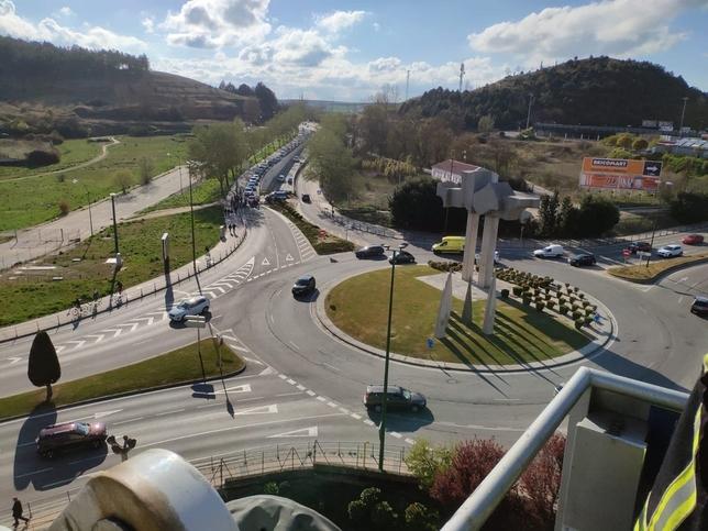 El accidente, visto desde la torre de prácticas del Parque de Bomberos. También se aprecia la retención provocada. @BomberosBurgos