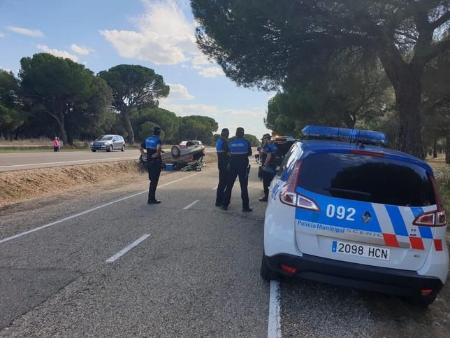 Dos heridos leves en una salida de vía en la carretera Rueda