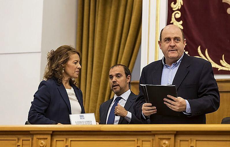 Pablo Bellido subió a la Mesa de las Cortes a Aurelia Sánchez y Braulio Carlés.