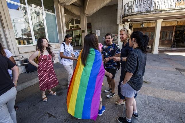 El izado de la bandera inicia los actos del Orgullo Rueda Villaverde