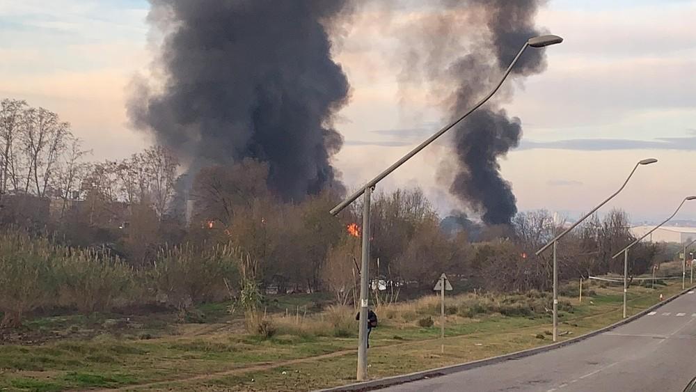Evacuan a la población cercana al fuego de una planta químic