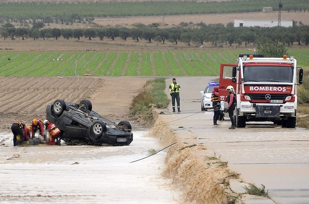 Los Bomberos sacan el cuerpo de una de las víctimas del vehículo en el que viajaban los fallecidos.
