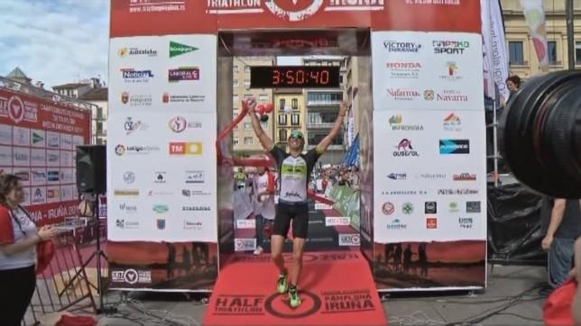 Gustavo Rodríguez  pasa primero por línea de meta en una edición anterior NATV