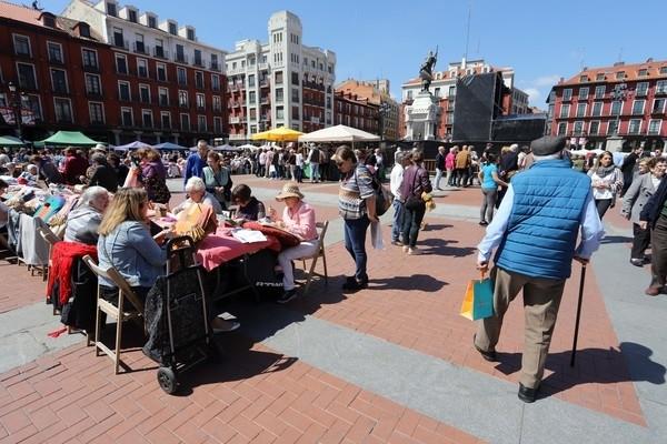 Los bolillos y las vainicas toman la plaza Mayor de Valladol