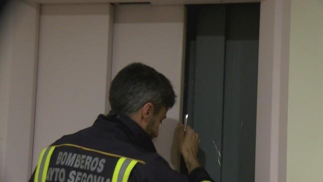 Los bomberos descubren 'los entresijos' de los ascensores