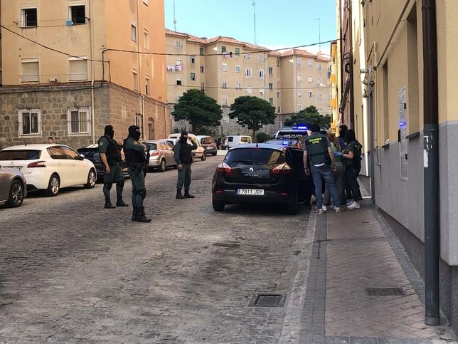 Momento de la detención de un hombre y una mujer en la calle Tomasa de la Iglesia.
