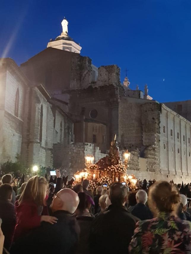 Miles de personas arropan la procesión del Encuentro
