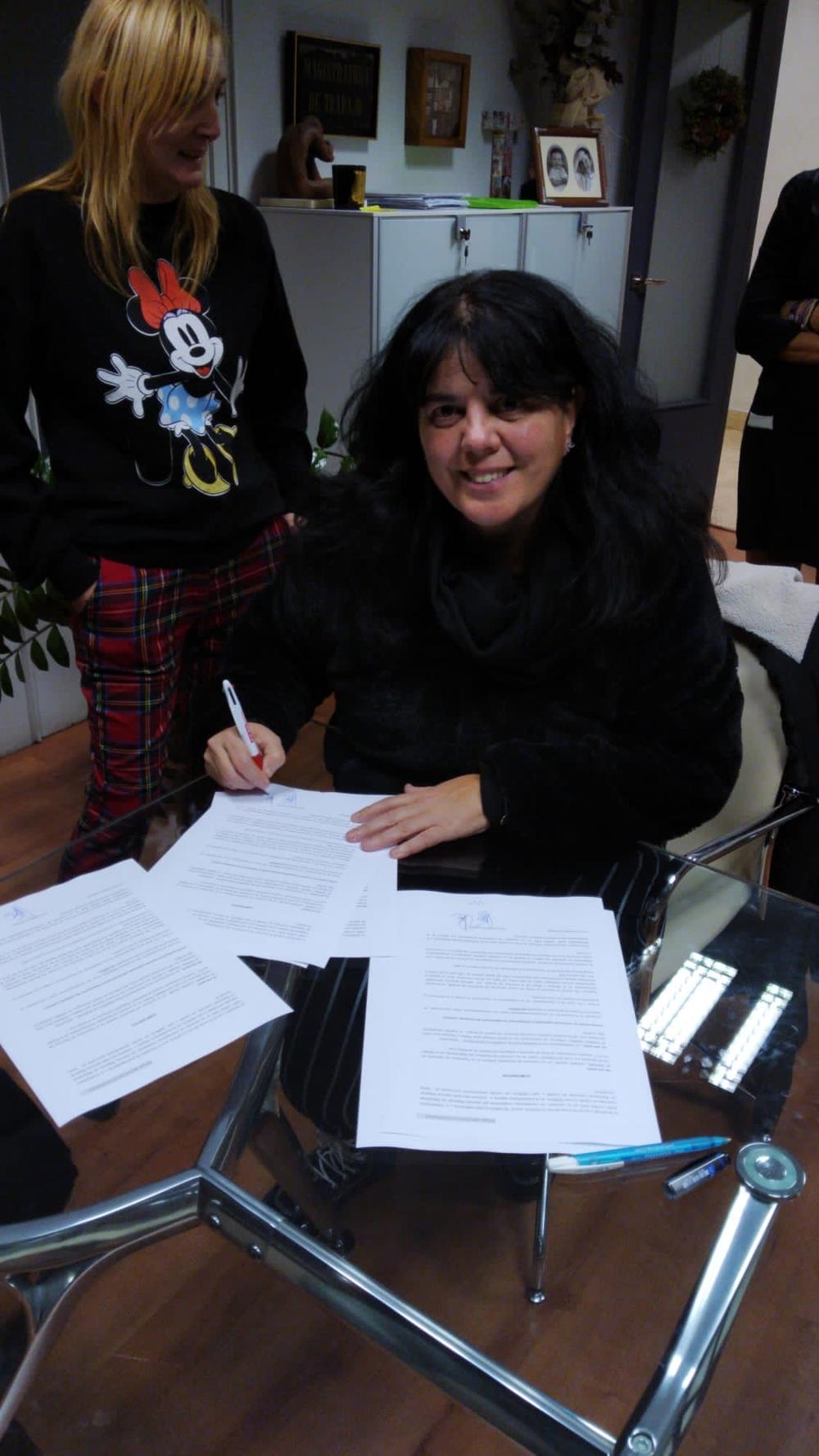 Maribel Juárez (CCOO) y Sofía Alonso (UGT), firmando el acuerdo que pone fin a la huelga en el comercio.