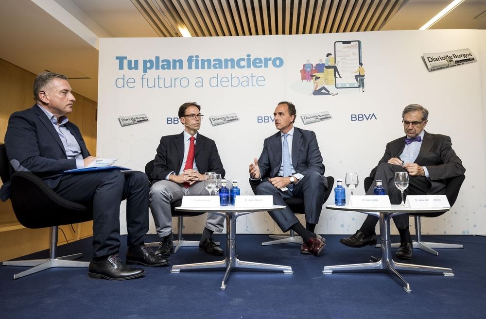 La jornada fue moderada por el periodista de Diario de Burgos Guillermo Arce (i.).