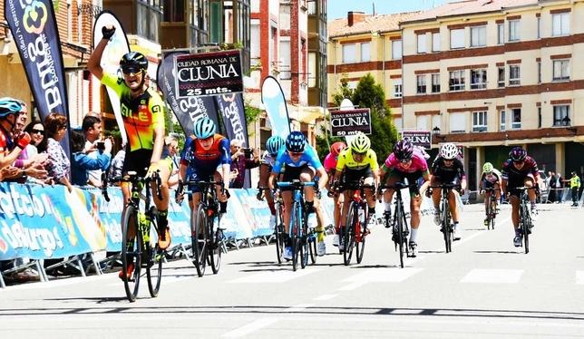 La ciclista holandesa celebra su victoria al sprint en Villadiego. FOTO: Daniel Peña // Vídeo: @VueltaABurgos