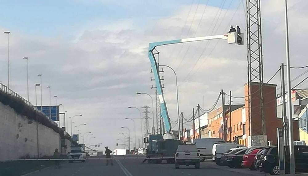 La caída de un cable de alta tensión corta la VA-30