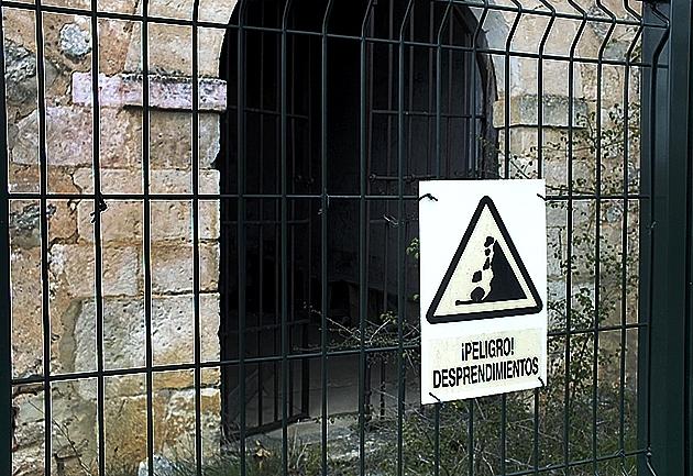 El templo permanece vallado por seguridad ante desprendimientos. Ó.C.