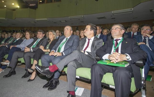 El expresidente de la entidad, Andrés Gómez Mora, con consejeros del Gobierno y la alcaldesa de Toledo.