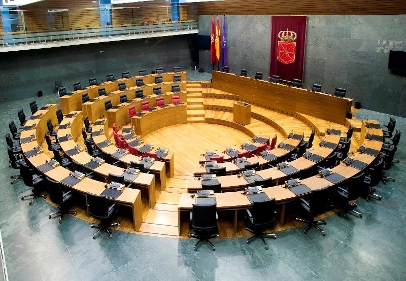 Euskaltzaindia recibe la medalla del Parlamento de Navarra
