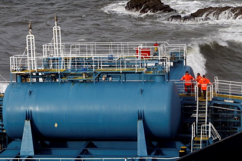 Preparan la extracción del combustible del 'Blue Star'