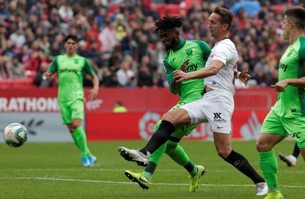El Sevilla sufre para seguir arriba