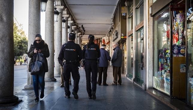 Policías patrullando por el centro de la ciudad.