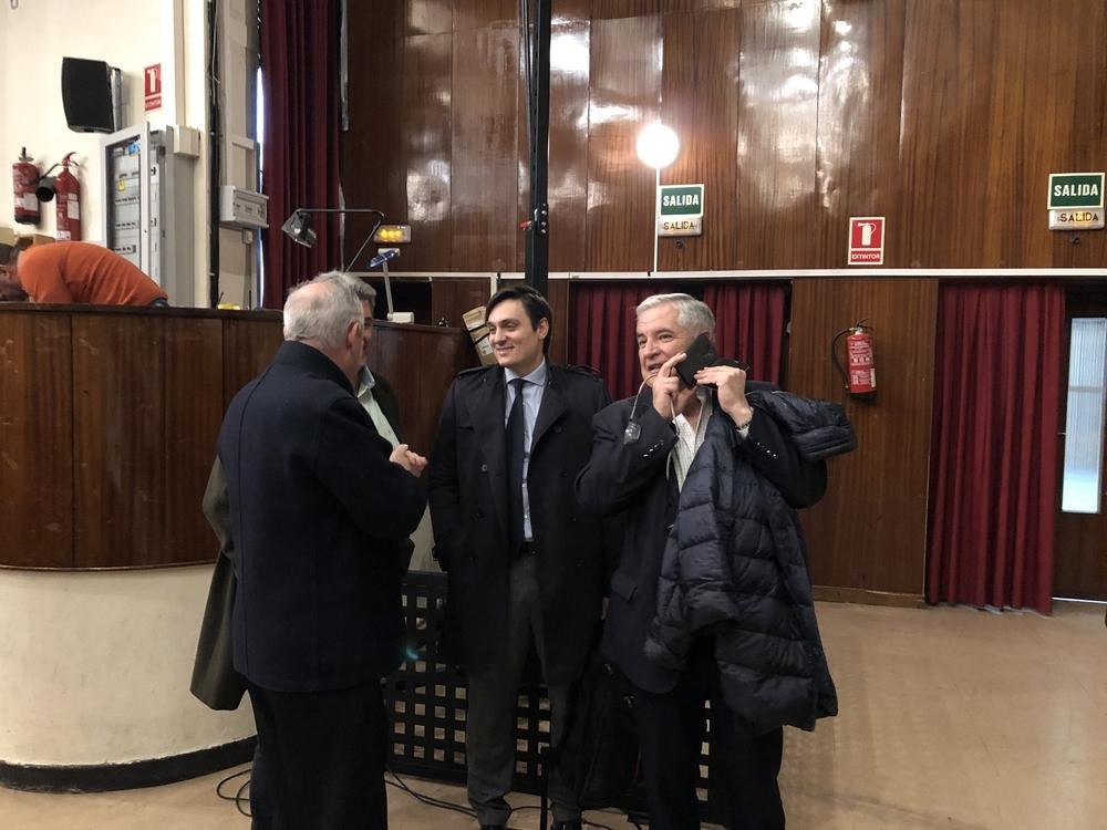 Uno de los inversores, Pedro Moreno (derecha), hablando por teléfono antes de la reunión con los socios de la Segoviana.