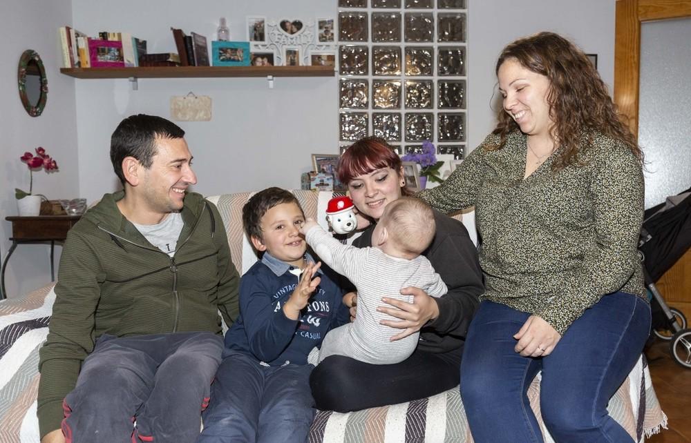 Ruben y Mónica, junto a sus dos hijos biológicos y al bebé que tienen en acogida.