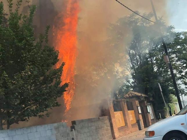Las  llamas alcanzaron varios metros de altura. Sergio Mérida