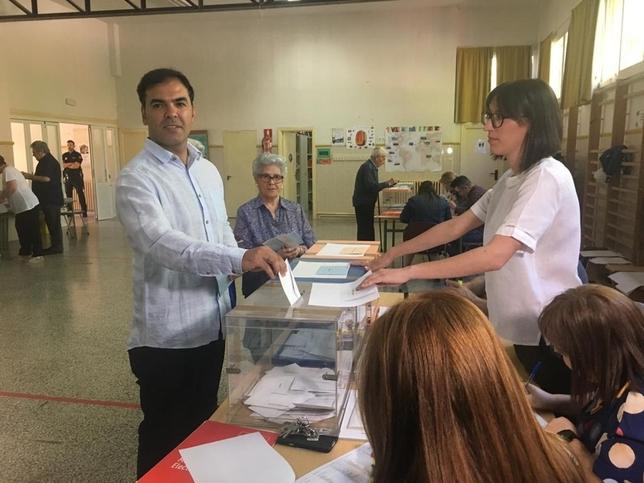 Jesús Manuel Manchón, canididato a la Alcaldía de Puertollano por Izquierda Unida-Podemos, vota.