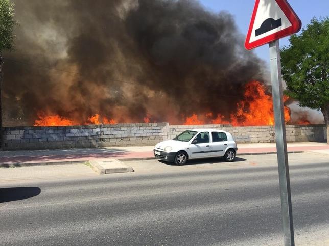 Las llamas se podían ver desde la avenida Carlos III. Sergio Merida