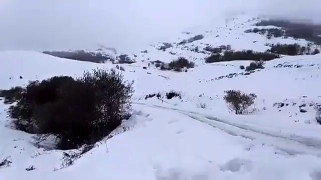 Accesos a la estación de esquí de Lunada, a mediodía de ayer domingo.
