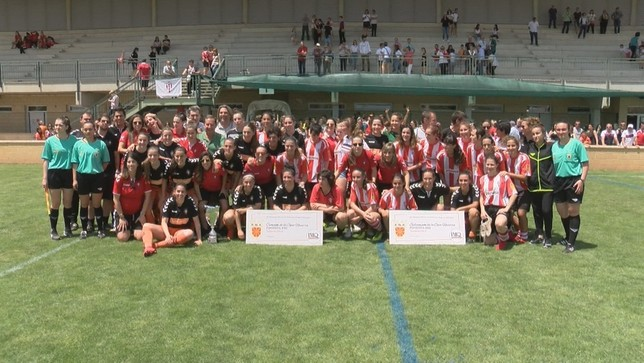 Osasuna y Castejón posaron juntos al término de la final de la Copa IMQ Navarra