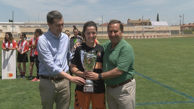 La capitana de Osasuna en la final, Uxue Astráin, recoge el trofeo