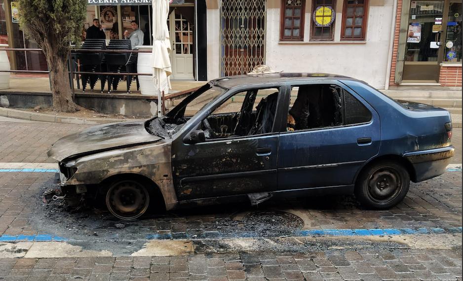 (VÍDEO): Queman un coche en pleno centro de Cuéllar