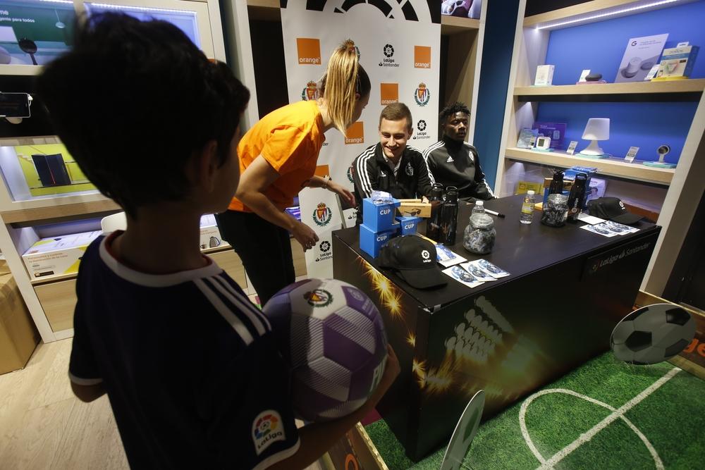 Firma de autógrafos de jugadores del Real Valladolid
