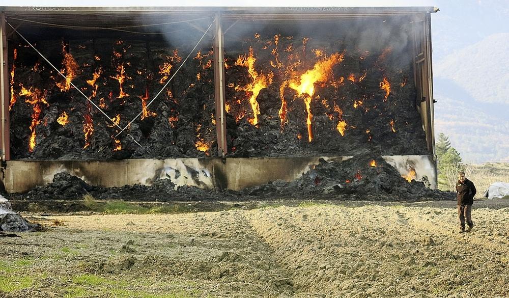 Los fardos de paja llenaban cerca de 10.000 metros cuadrados de pabellones, que quedaron calcinados.