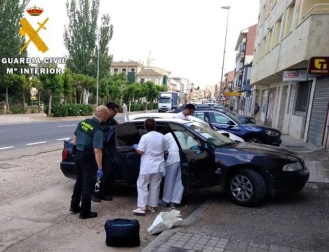 Dos guardias civiles asisten a un parto en plena carretera