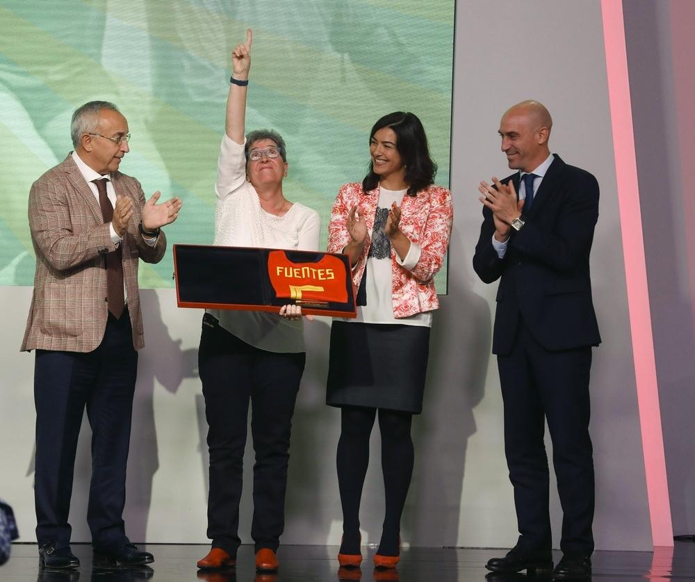 María José Rienda (2d), Luis Rubiales (d) y Alejandro Blanco con la veterana Isabel Fuentes (2i)