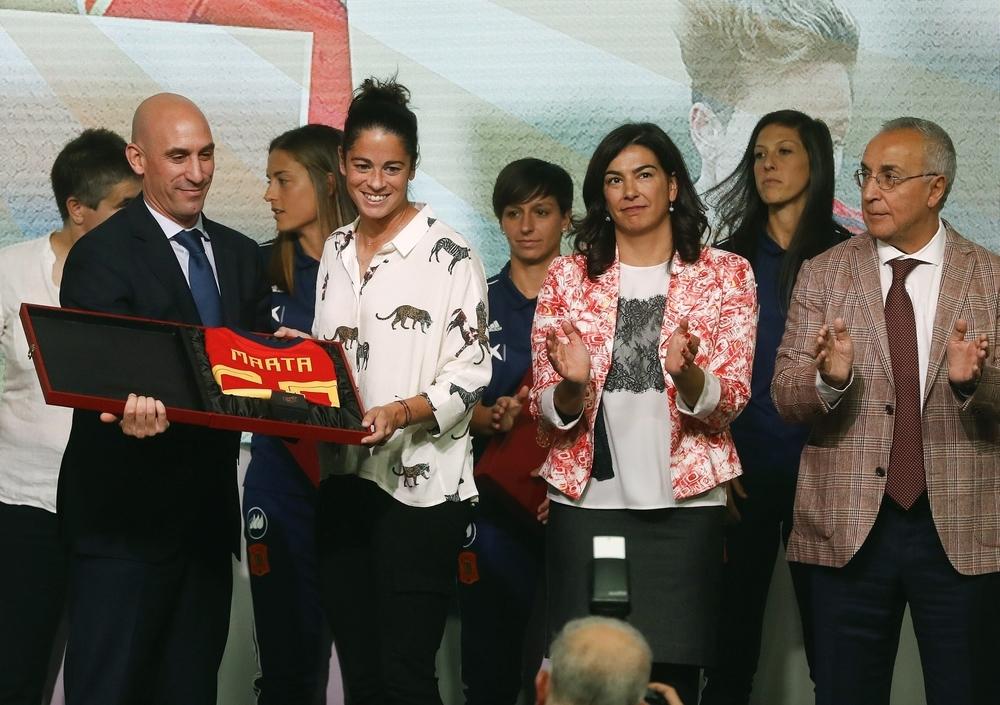Marta Torrejón, capitana de la selección (2i)