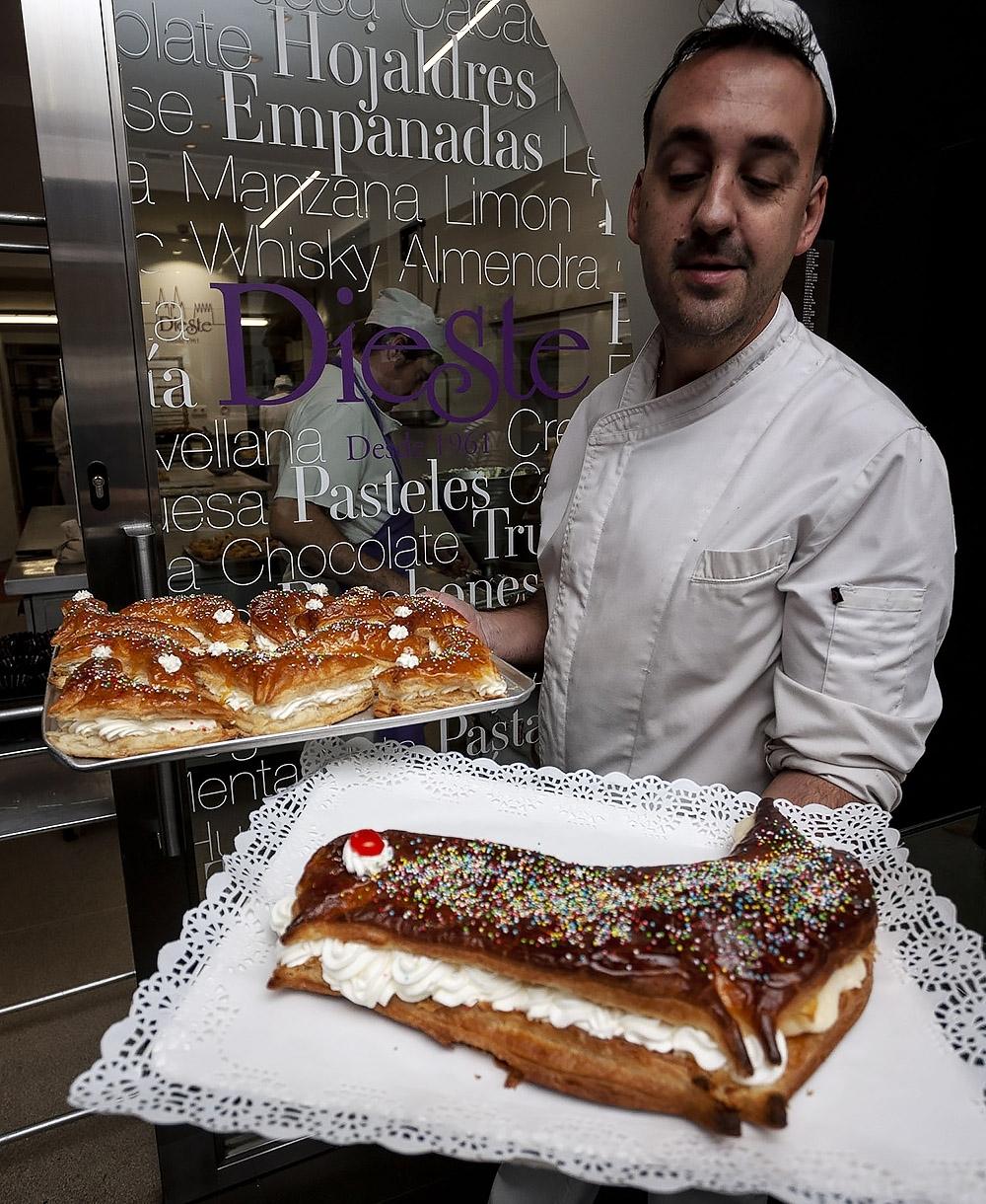 Germán Riquelme, de Pastelería Dieste, porta las pajaritas recién salidas del horno.