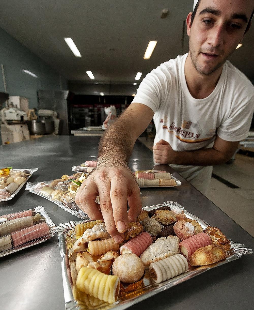 Víctor Benito, operario de Pastelería Maxi, exhibe un 'panellet', que va también en los surtidos.