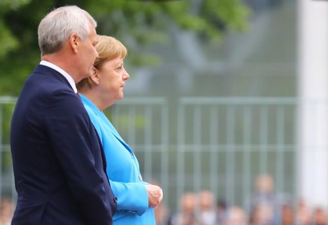 Tercer episodio de temblores de Angela Merkel HANNIBAL HANSCHKE