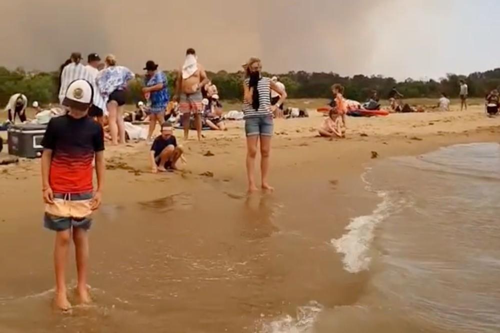 Los fuegos acorralan a miles de australianos en las playas
