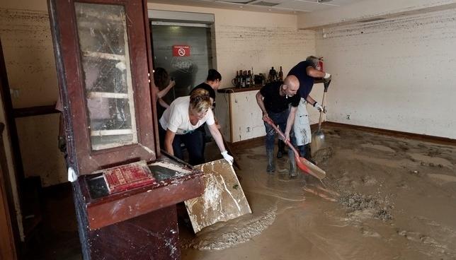 Tafalla continúa limpiando sus calles tras las inundaciones