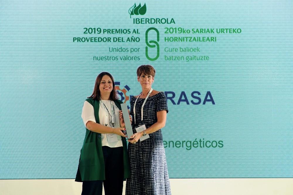 Coral Aguilar (d), directora gerente de Cyrasa Seguridad, recoge el premio.