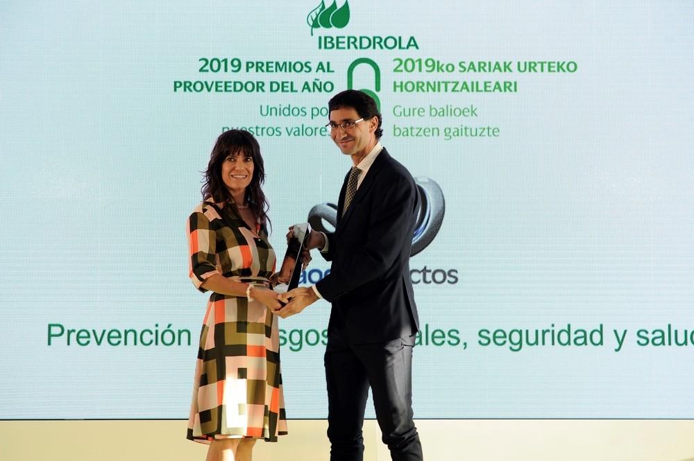 Vicente Alario (d), director general de AOC PRoyectos, recoge el premio.