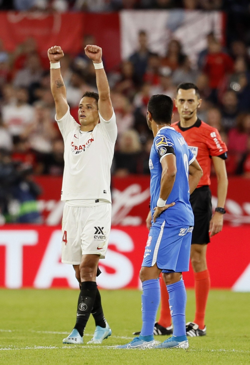 Chicharito y Ocampos dan la victoria al Sevilla