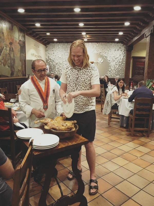 El grupo Imagine Dragons degusta cochinillo en Segovia