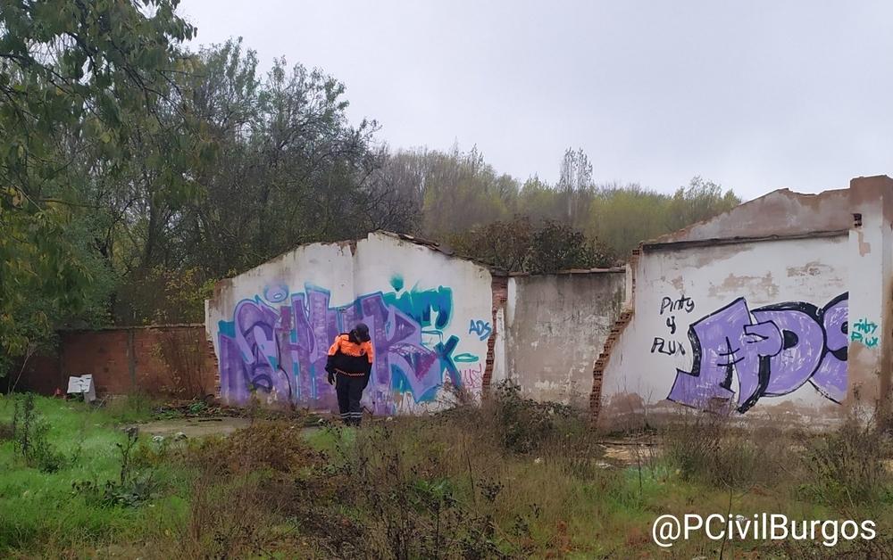 Un voluntario revisa una construcción abandonada.